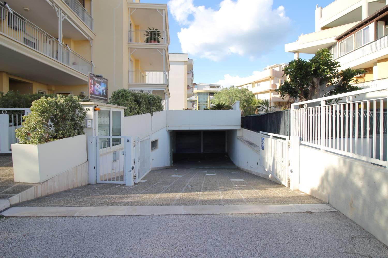 Proponiamo in vendita a pochi passi dalla stazione in Via Baione, locale deposito -garage di mq 115 .L'immobile posto al piano seminterrato è in buone condizioni e dispone di un bagno con doccia . La