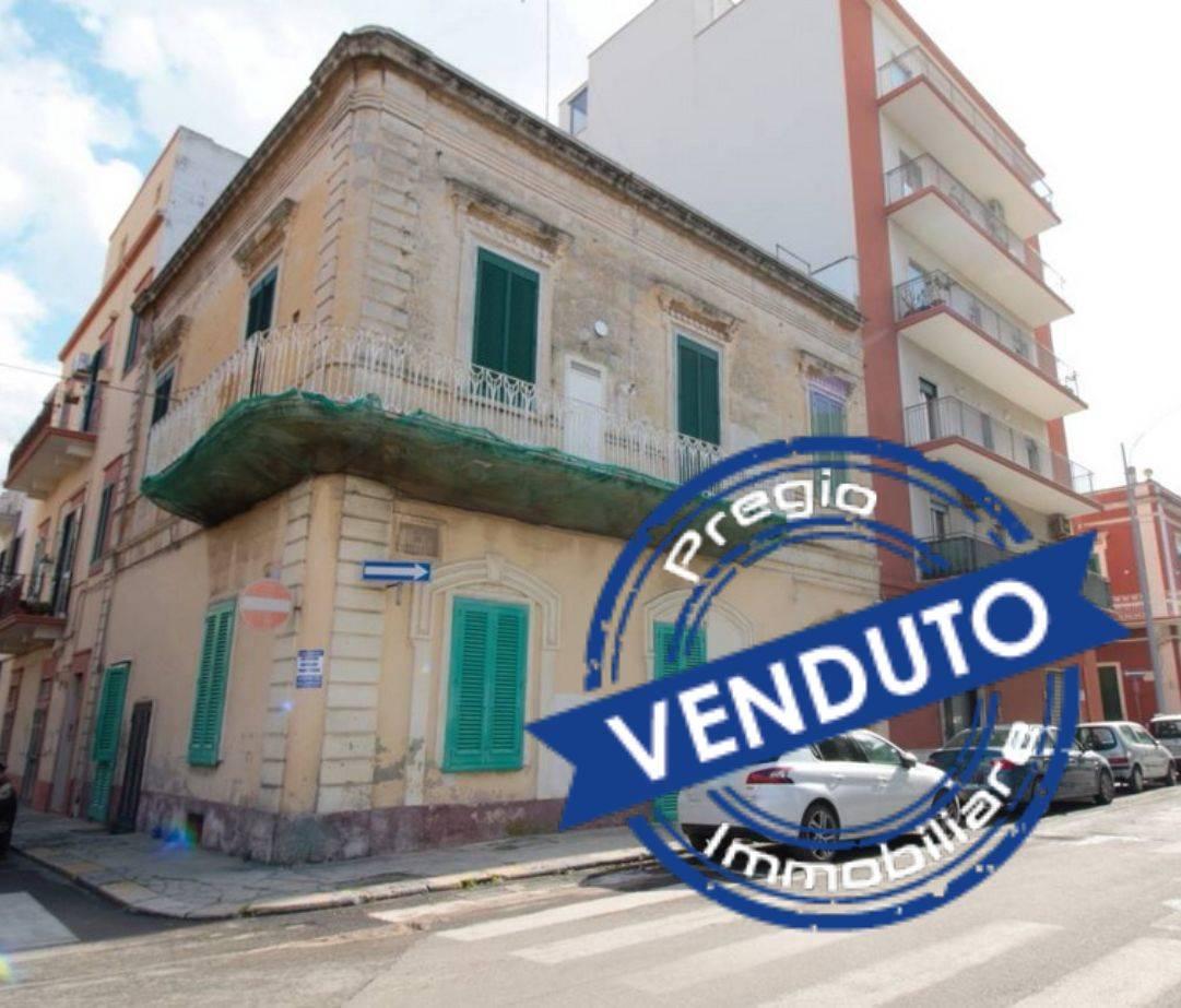 Monopoli - Zona stazione: Nelle immediate vicinanze della stazione e a 500 mt da Piazza Vittorio Emanuele, proponiamo in vendita soluzione angolare in stabile bifamiliare completa di doppio accesso.