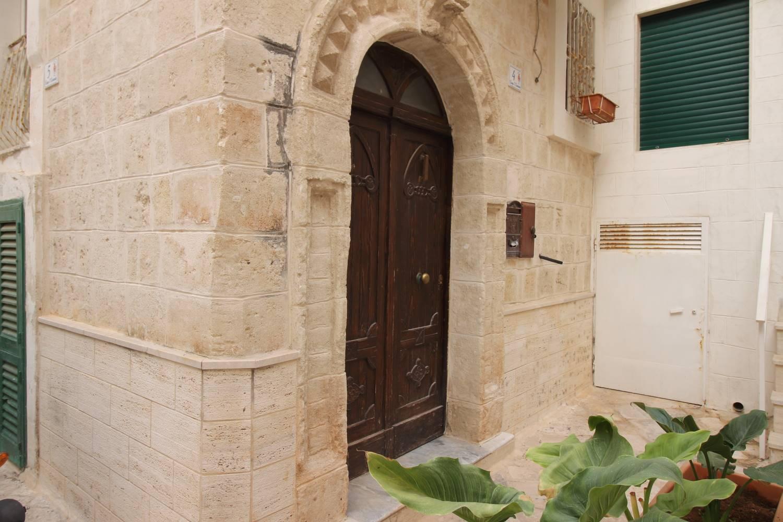 In Vendita a Monopoli, nel cuore del centro storico a pochi passi dalla famosa spiaggia Cala Porta Vecchia nel Chiasso di San Leonardo proponiamo