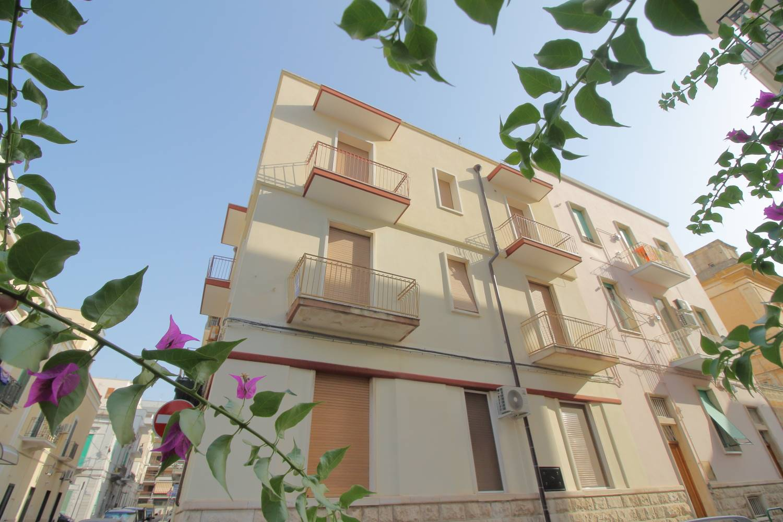 A pochi passi dal rinomato conservatorio Nino Rota di Monopoli, proponiamo in vendita un appartamento angolare di cinque vani più accessori con la caratteristica della luminosità per la sua tripla