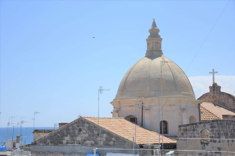A soli 100 mt dalla Cattedrale e da Cala Portavecchia, proponiamo in vendita casa semindipendente di mq 69. Disposto su due livelli, l'appartamento è ubicato al piano secondo e terzo collegati tra