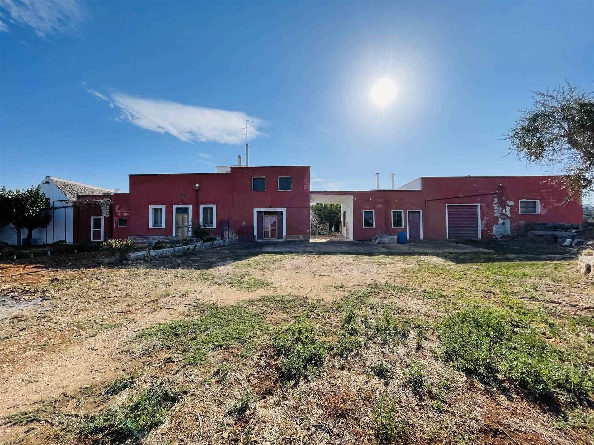 Posizionata tra le mete turistiche della valle D'Itria, proponiamo in vendita la Masseria Papatafaro un'unica opportunità immobiliare. La residenza è circondata da un'estensione di tre ettari di