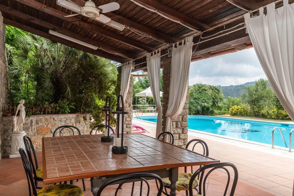 Villa sulle colline con piscina. Ubicata a cavallo fra i comuni di Camaiore e Massarosa, in una zona amena, immersa nel verde e con vista mare e