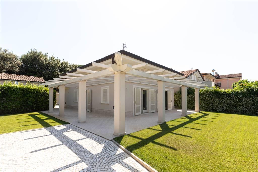 In località Marina di Pietrasanta, inserita in ottimo contesto, proponiamo in vendita, proprietà unifamiliare di nuova costruzione. Si accede alla