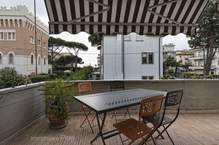 A Lido di Camaiore, a circa 250 mt dal mare, proponiamo in locazione per i mesi estivi, appartamento in palazzina, ubicato al 1^ piano senza