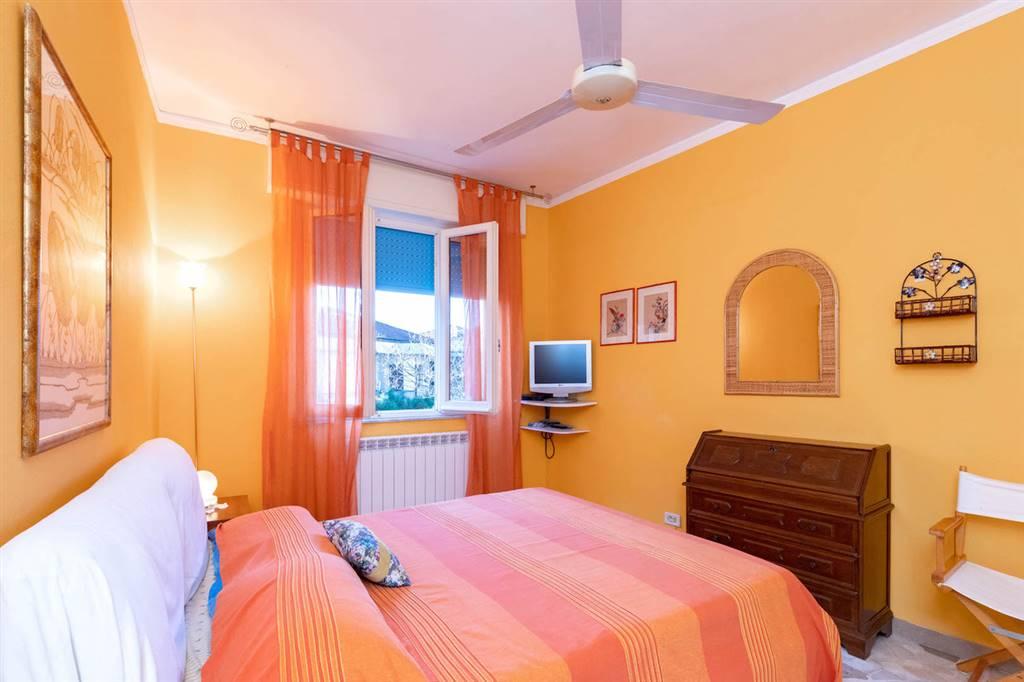 Posizionato a soli 200 metri dal mare nella bella e centrale via Carducci di Lido di Camaiore, proponiamo appartamento al piano primo corredato da