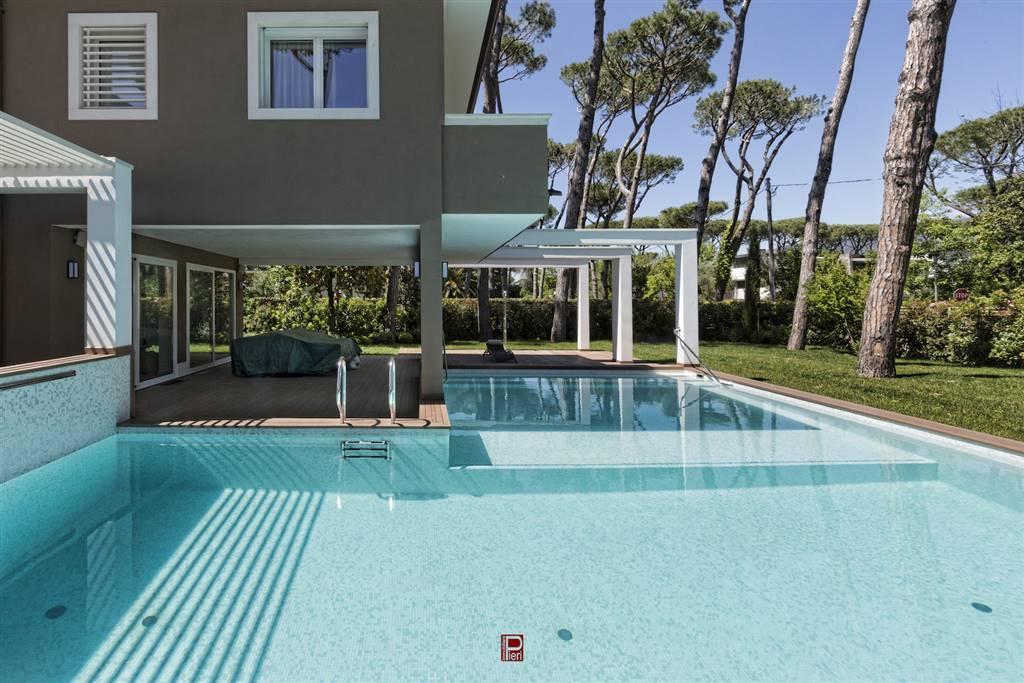 Splendida proprietà in classe A+ di circa 660 metri quadrati (escluse terrazze e verande )immersa nel verde della Roma Imperiale di Forte dei Marmi a