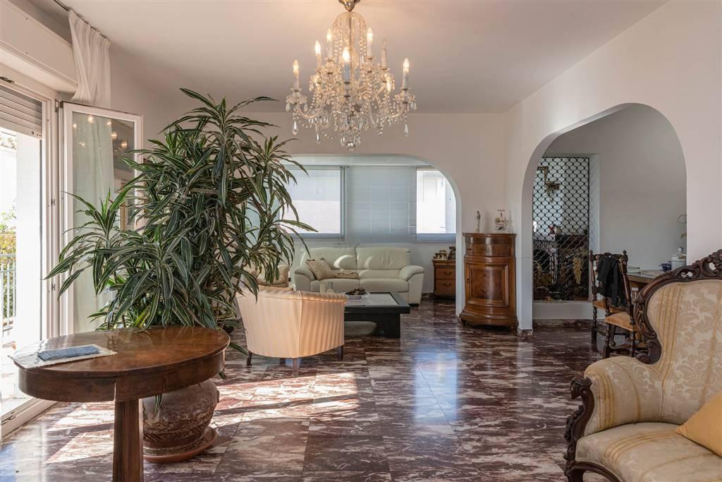 Lido di Camaiore in posizione centralissima a 200 metri dal mare , proponiamo splendido appartamento al piano attico di oltre 140 mq circondato da un