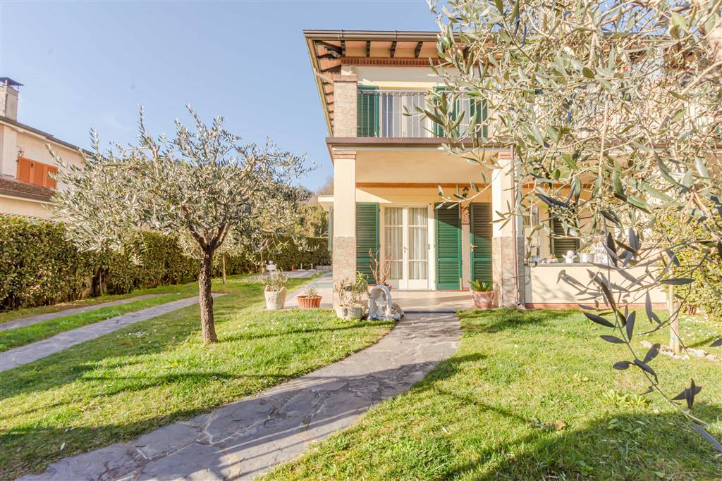 CAMAIORE, Duplex villa for sale of 150 Sq. mt., Almost new, Heating Individual heating system, placed at Ground on 2, composed by: 7 Rooms, Separate
