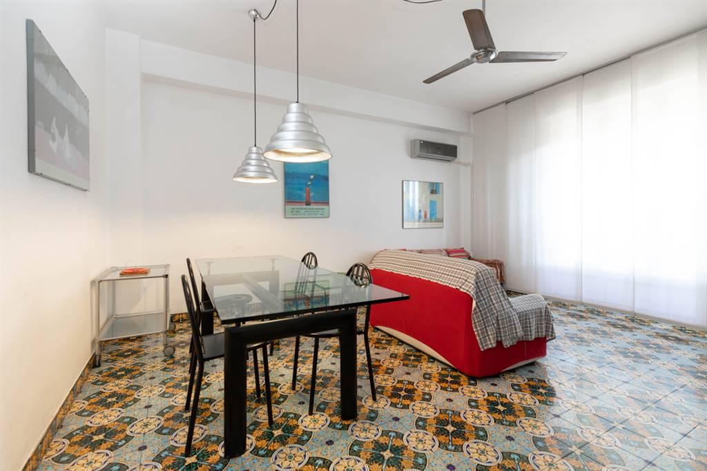 In contesto verde e tranquillo, a soli 500 metri dal mare, proponiamo in vendita spazioso appartamento caratterizzato da ampie finestre con affacci
