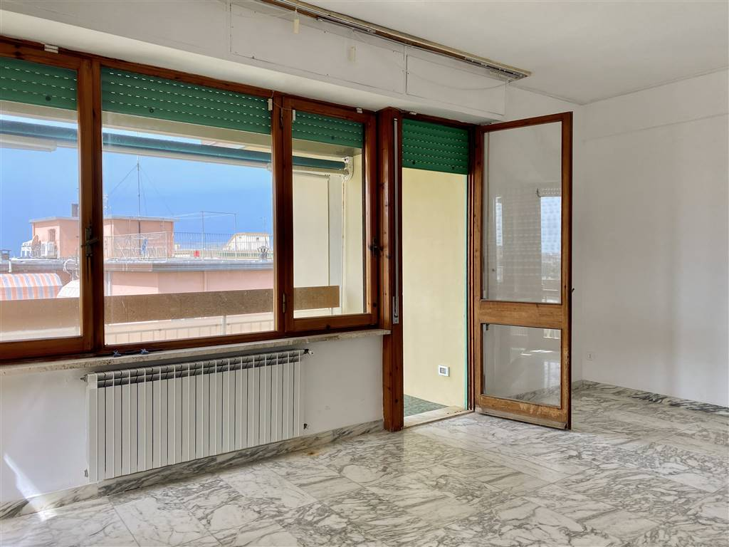 CITTÀ GIARDINO, VIAREGGIO, Apartment for sale of 100 Sq. mt., Good condition, Heating Individual heating system, Energetic class: G, placed at 4° on 5, composed by: 5 Rooms, , 3 Bedrooms, 2 Bathrooms,