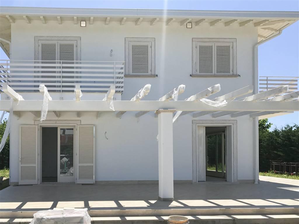 Marina di Pietrasanta, in contesto tranquillo, proponiamo per la vendita ampia villa unifamiliare di circa 220 mq, di nuova costruzione. I comfort e