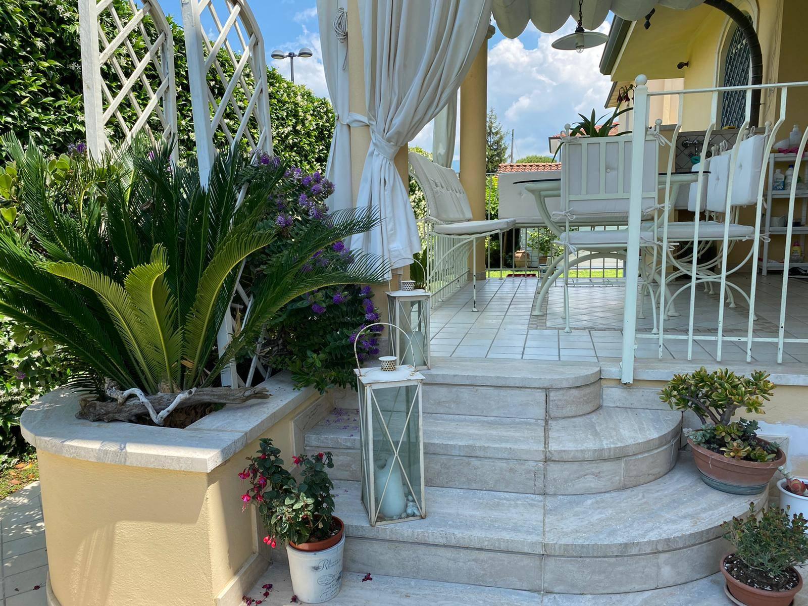 Lido di Camaiore ad 1km dal mare e a pochi passi dai servizi, proponiamo in affitto splendida porzione di Villa corcondata da un bellissimo giardino