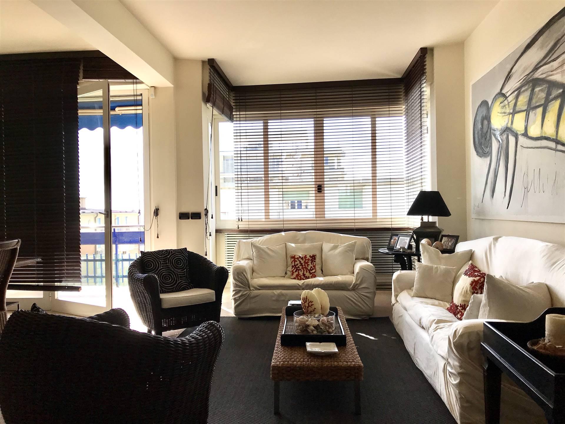 A Viareggio nello splendido contesto di città giardino, proponiamo per la vendita appartamento, vista mare, di circa 110 mq, posto al quarto piano di