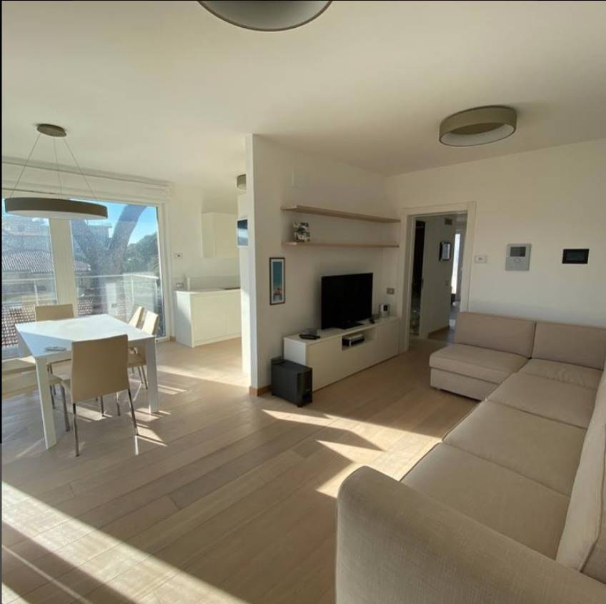 A Lido di Camaiore, a 150 metri dalla spiaggia, in splendido contesto condominiale di nuova costruzione, proponiamo per la vendita ottimo
