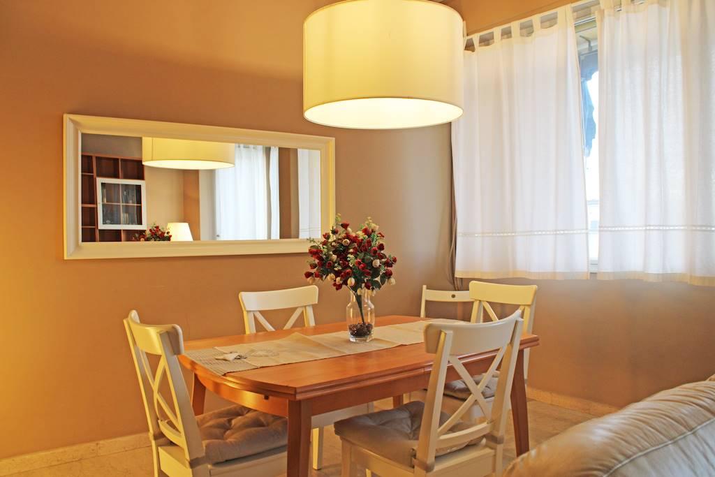 Viareggio Città Giardino, a soli 50 mt dal mare, si propone per la vendita ampio appartamento di circa 120 mq, situato al terzo piano di palazzina