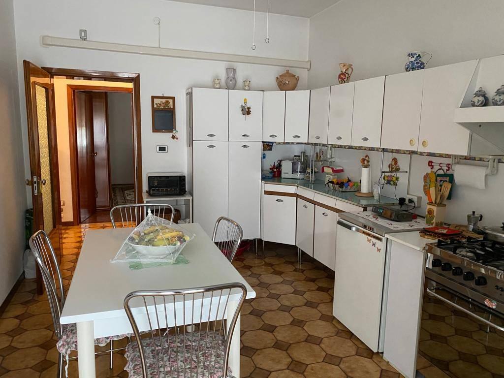 Mestre - laterale di Via Ca' Rossa poco trafficata - in contesto condominiale recintato, ben curato, e fresco di restauro, proponiamo in vendita un