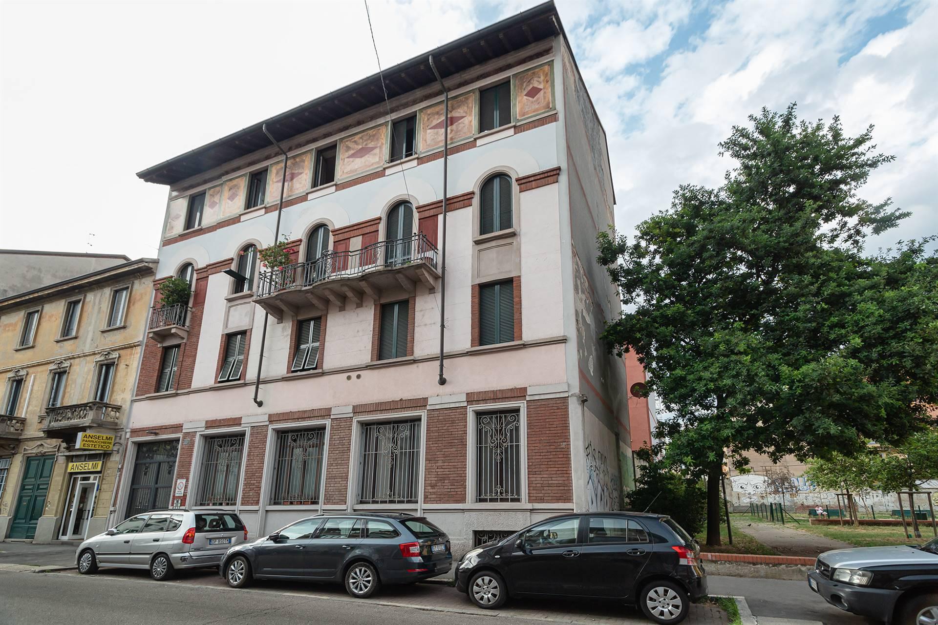 VIA DE SANCTIS, Milano, tra gli storici quartieri Morivioni e Stadera e a due passi dall'affascinante Naviglio Pavese, proponiamo un ampio e luminoso loft residenziale, in ottimo stato, completamente