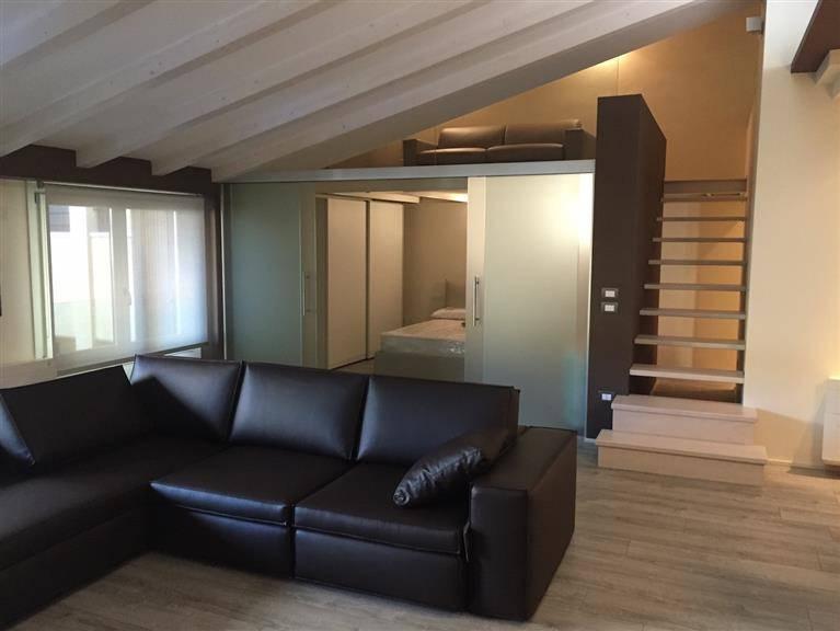 Loft, Centri: Desenzano Del Garda, Desenzano Del Garda, ristrutturato