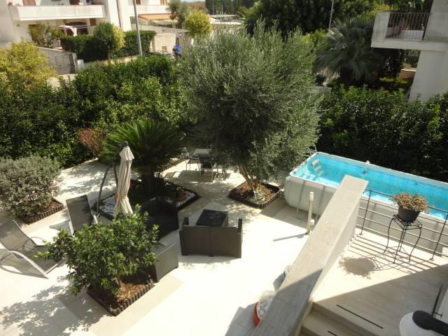 In zona residenziale proponiamo rifinita villetta a schiera, con accesso indipendente fronte strada, con ampio giardino e confortevole piscina fuori