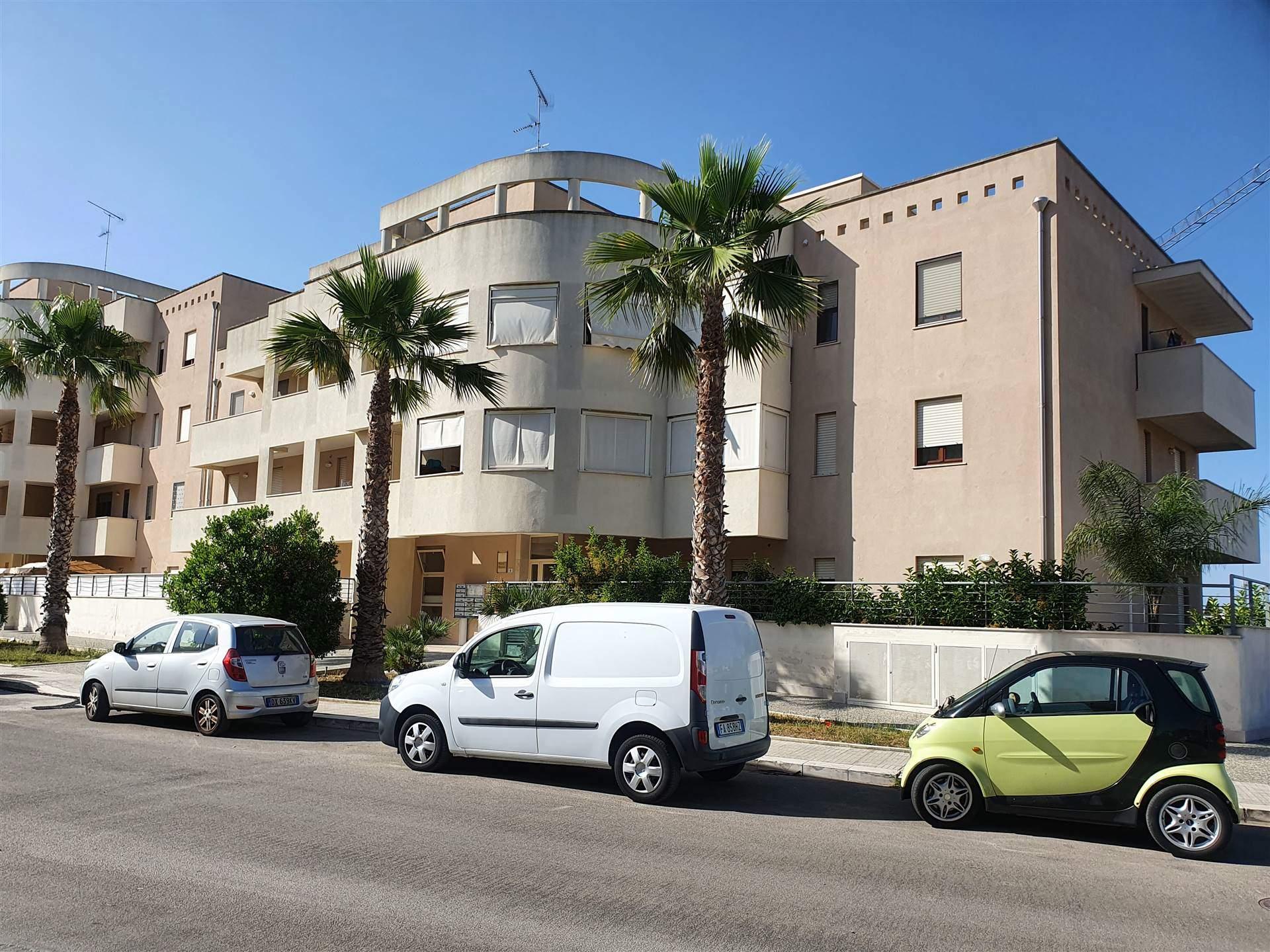 In zona servita e di facile accesso per tutte le tangenziali, proponiamo gradevole e confortevole trilocale al secondo piano di un condominio,