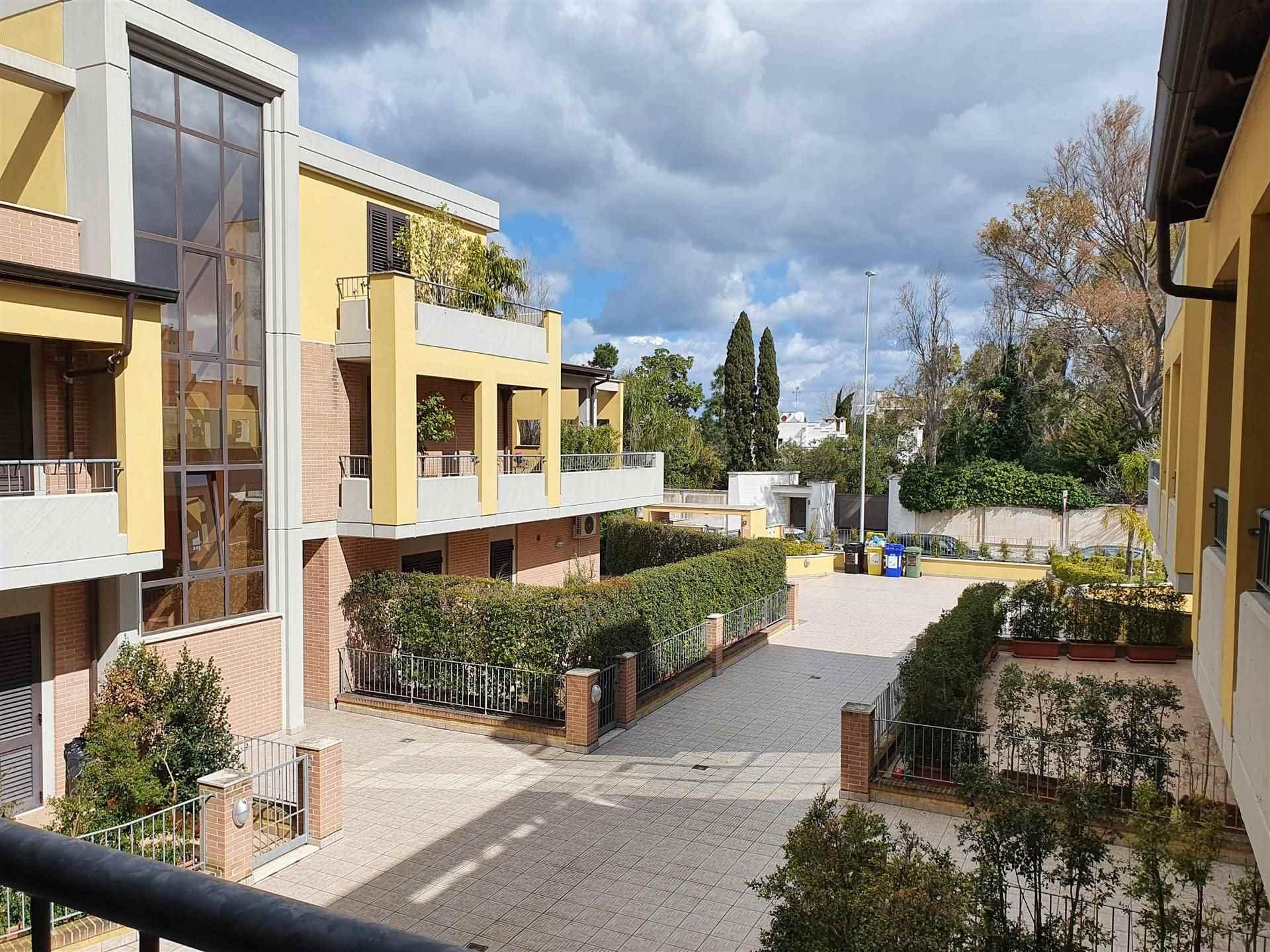 In zona servita e residenziale, proponiamo appartamento al primo piano semi arredato, composto da un living giorno e cucina abitabile con terrazzino