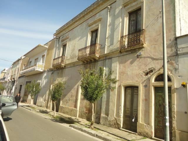 Nel pieno centro storico di Novoli, nella via Umberto I°, la via principale e più importante del paese, dove anticamente si svolgeva la famosa festa
