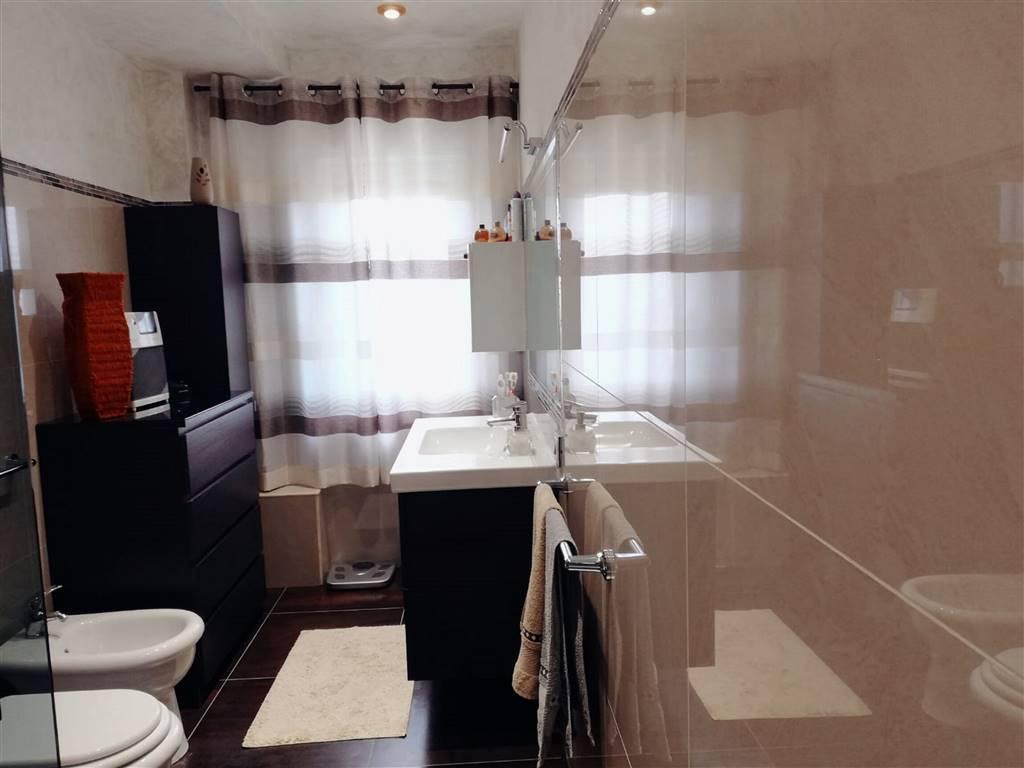 Altra visuale del bagno con box doccia
