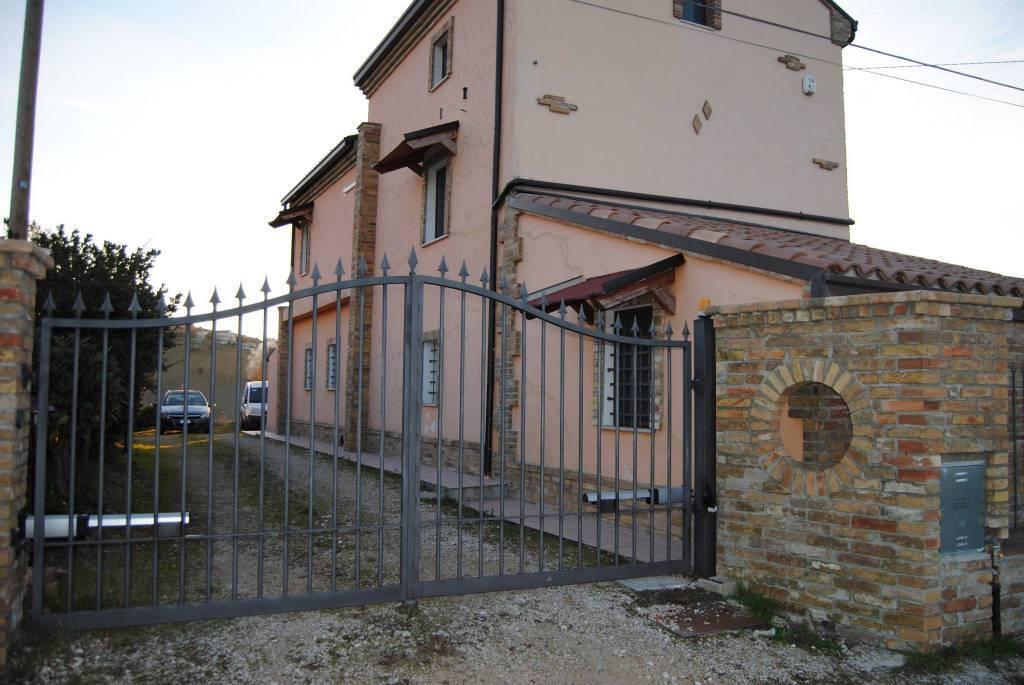 Rustico / Casale in vendita a Castel Frentano, 4 locali, prezzo € 230.000   CambioCasa.it
