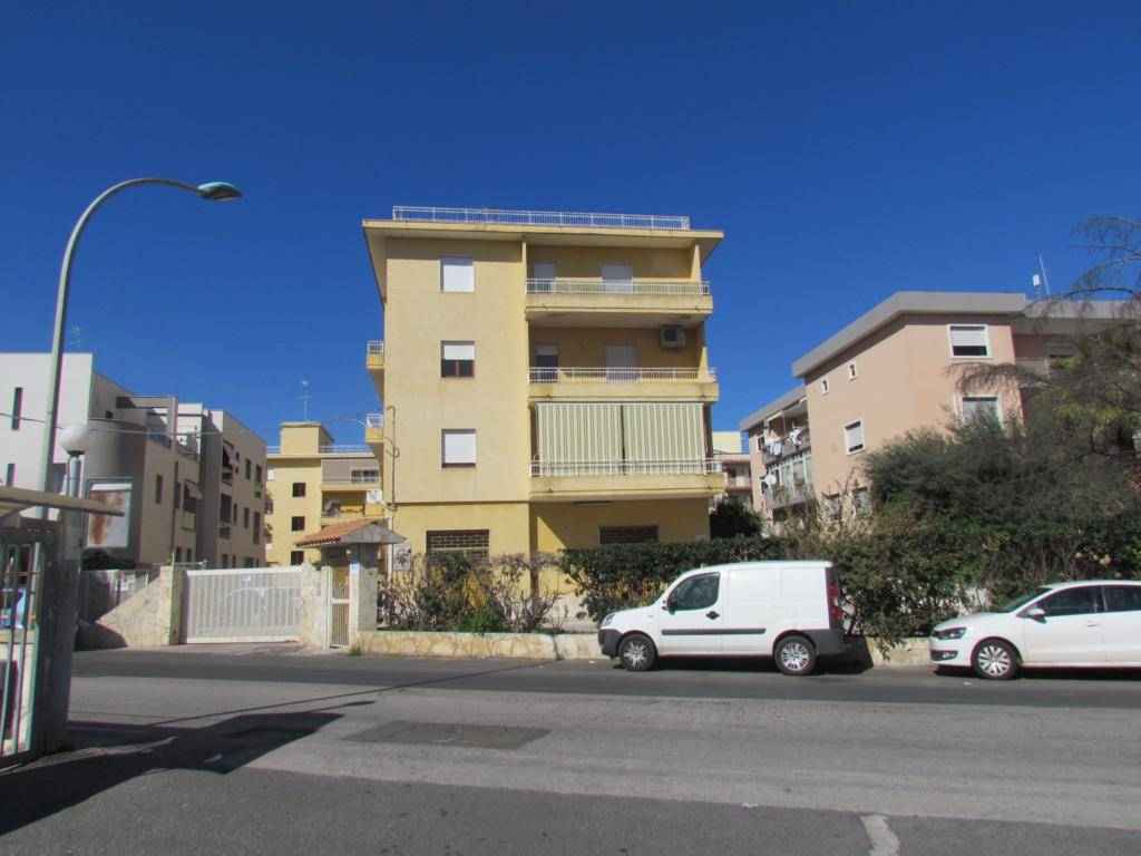 In a fenced condominium, with parking space, we have a 167 sqm apartment located on the third floor, comprising of entrance hall, three bedrooms,
