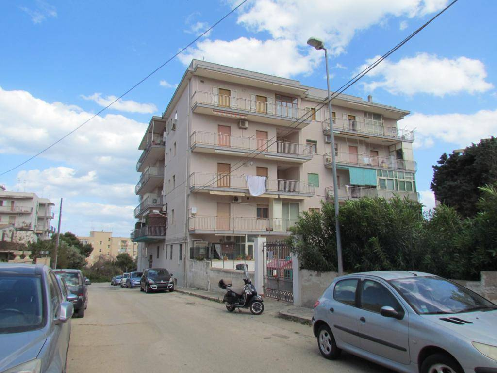 In a fenced condominium (with assigned parking space), we have a 133 sqm apartment approx. located on the third floor, comprising entrance hall,