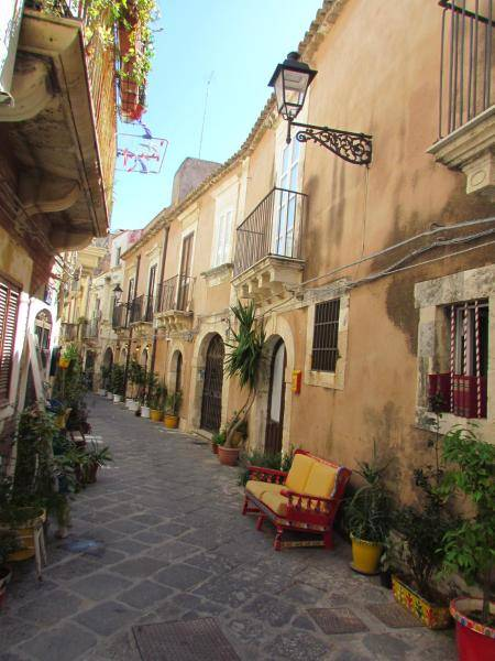 Casa Via del Crocifisso stands in the heart of Ortigia, between Via Roma and Via della Giudecca, the optimal position allows its visitors to