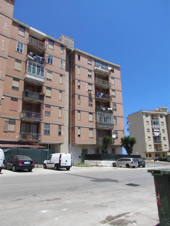 Disponiamo di un appartamento 120 mq posto al sesto piano, composto da ingresso, soggiorno, quattro camere, cucina, bagno e lavanderia. Con due