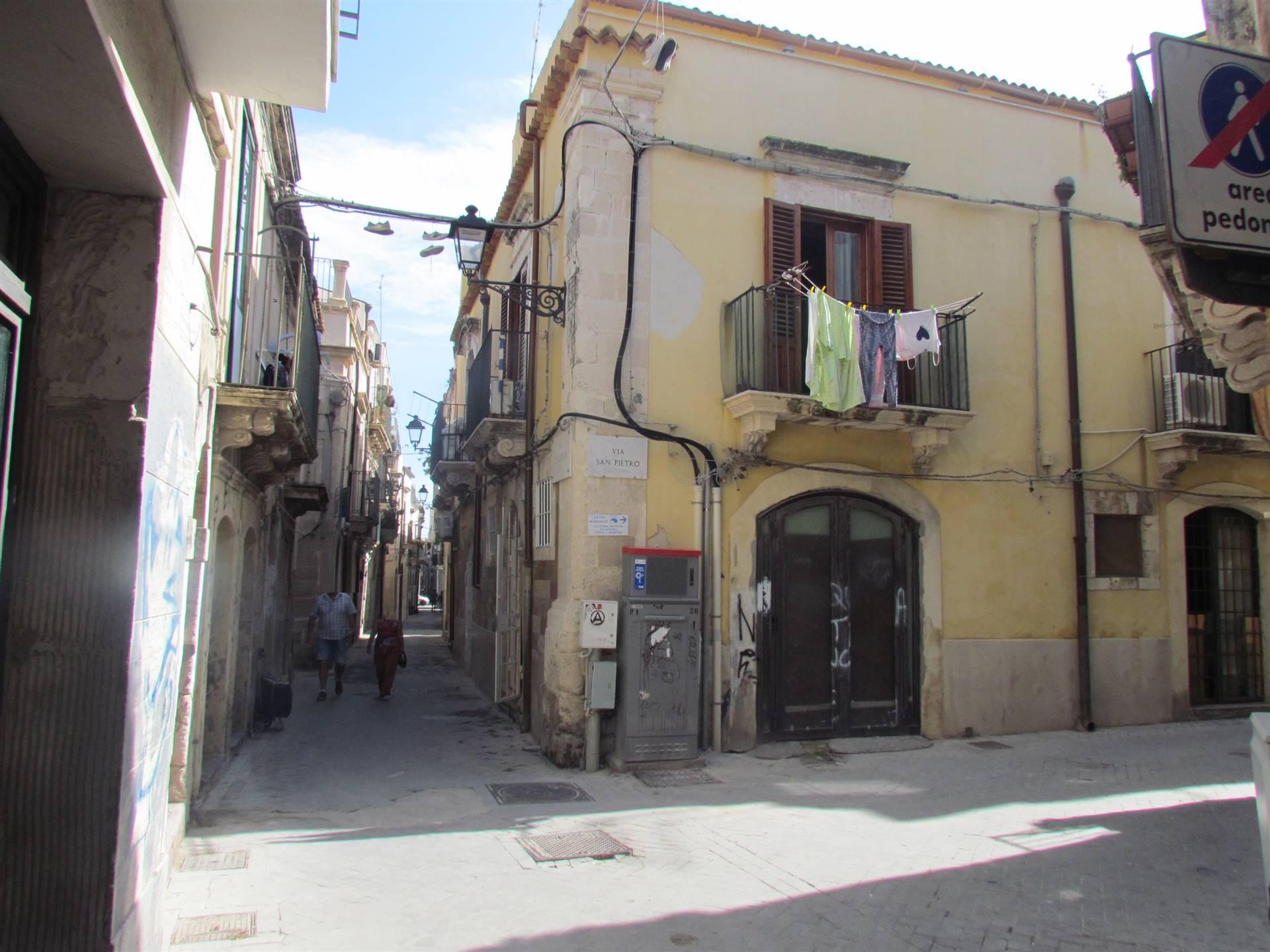 Nel centro storico di Ortigia, a pochi passi dal Tempio di Apollo, in uno stabile ripristinato nel 700, disponiamo di un locale commerciale 34 mq cat.