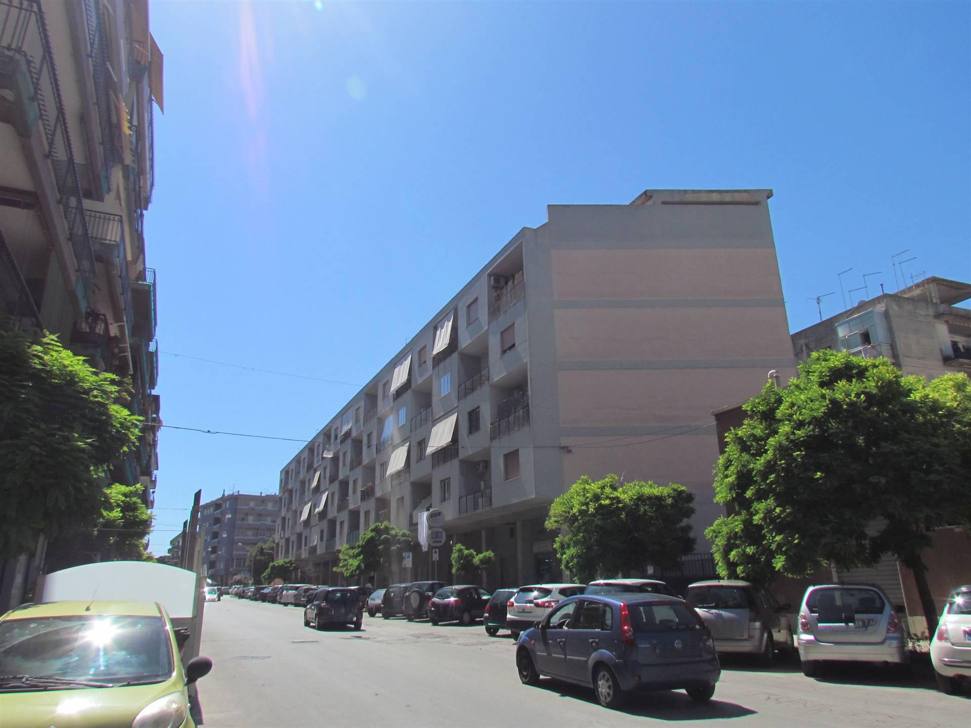 Disponiamo di un appartamento di 83 mq posto al piano terra rialzato, composto da: ingresso-soggiorno, camera, cucina, bagno e lavanderia. Con posto