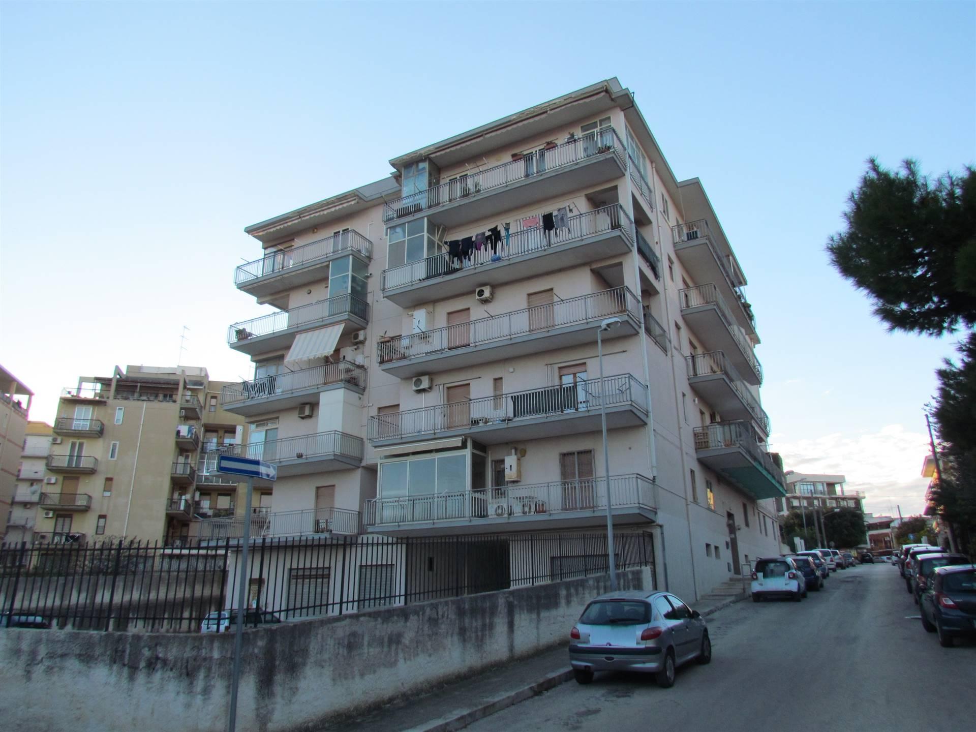 In condominio recintato con posto auto, disponiamo di un immobile 161 mq ca. posto al terzo piano composto da ingresso, soggiorno, tre camere da