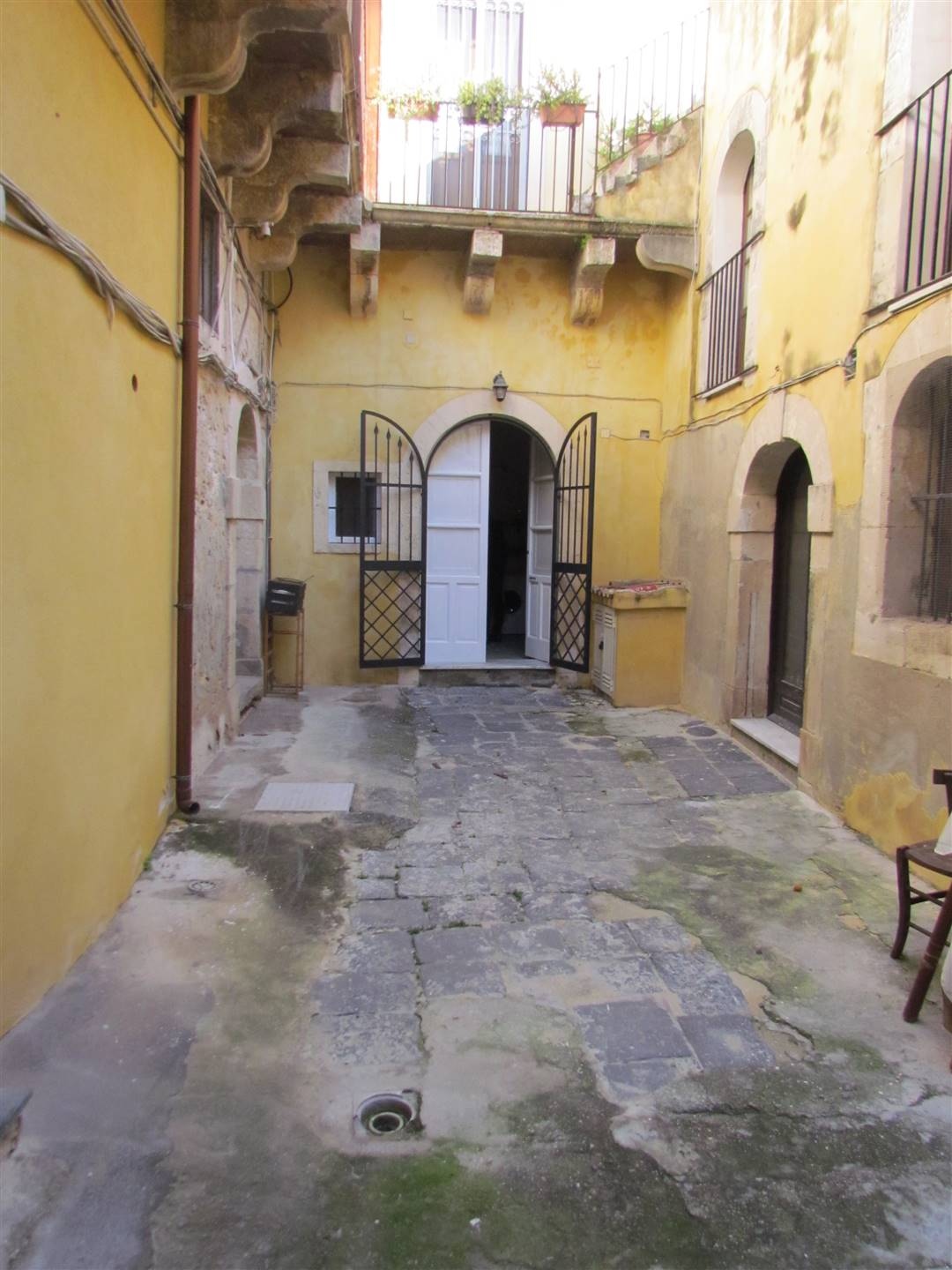 On the island of Ortigia in a former noble palace, we have a small 40 sqm apartment including mezzanine, located on the ground floor, consisting of