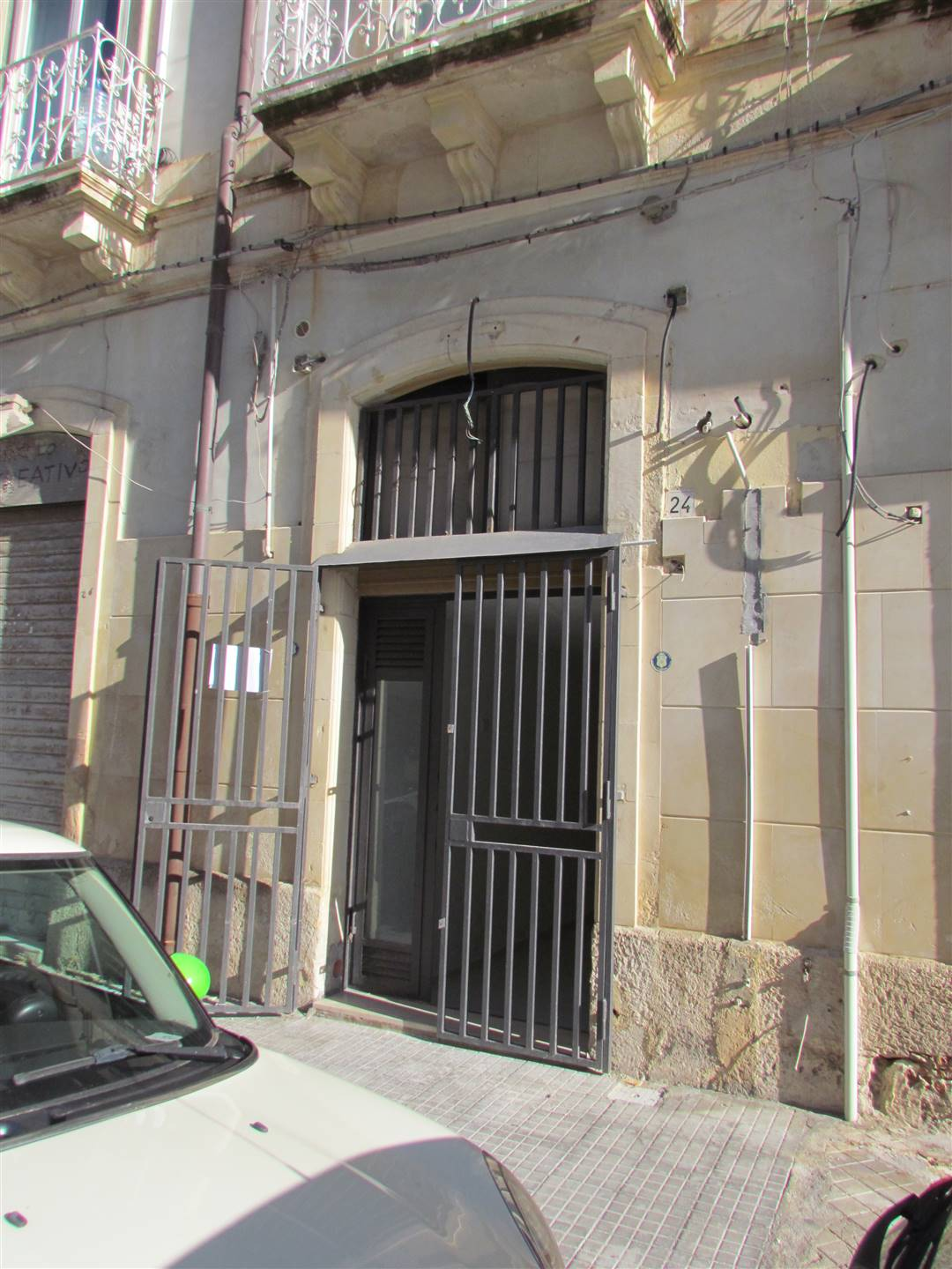 We have a 55 sqm apartment, used as an office, consisting of a room and service on the ground floor and two rooms on the mezzanine. Good condition.