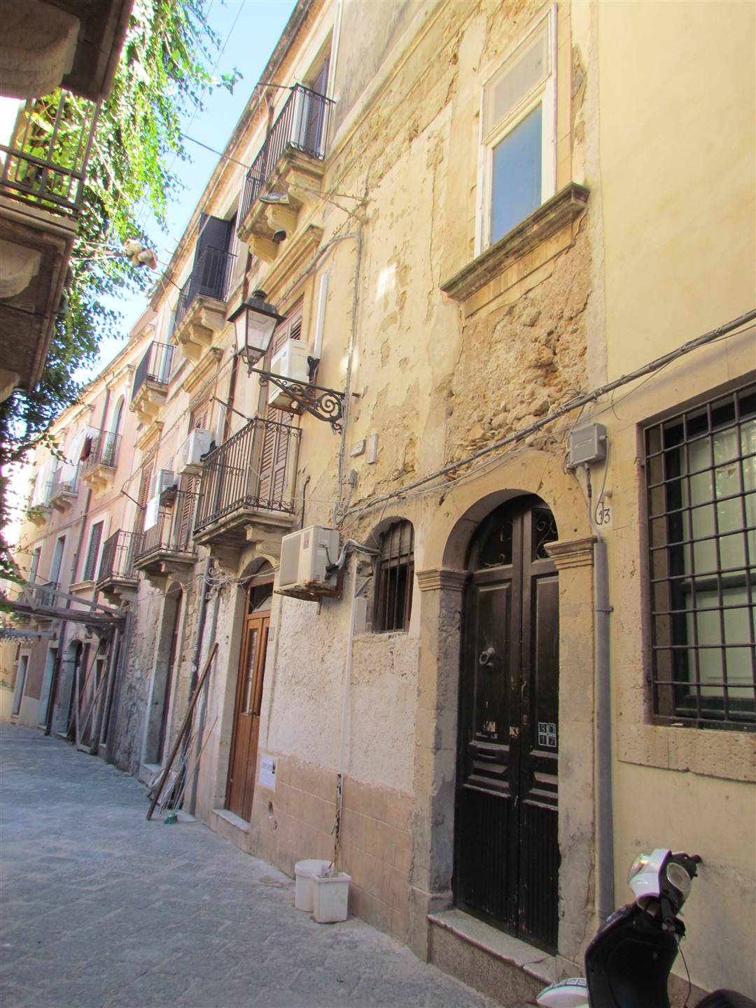 In Ortigia, a few steps from Via della Maestranza, we have an 80 sqm apartment located on the first floor, composing by entrance hall, three bedrooms,