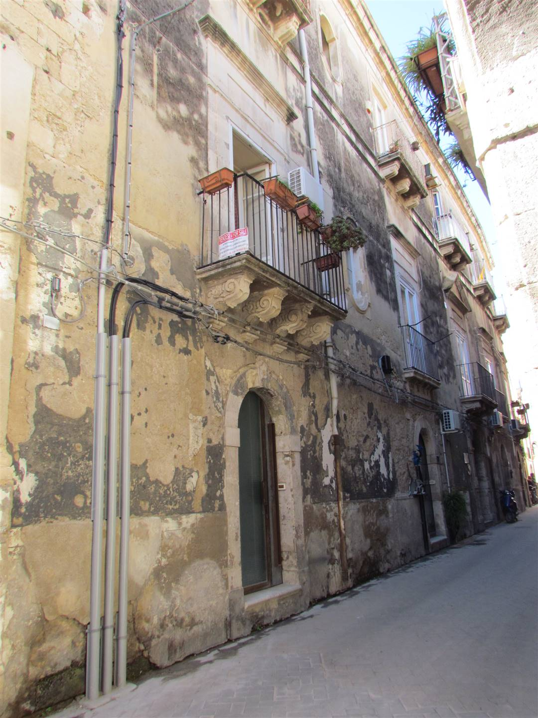 In the historic centre of Ortigia, near Via Roma, we have a 104 sqm apartment, located on the first floor, composing by : entrance hall, living room,