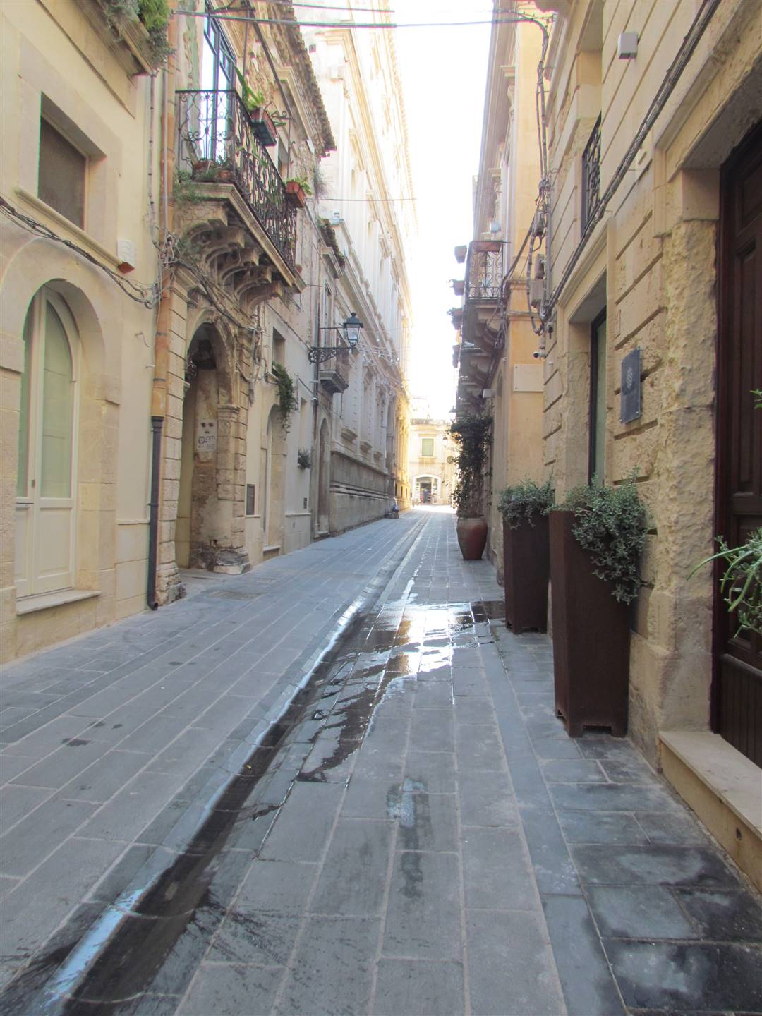 In Ortigia, a few steps from the Liceo Classico Tommaso Gargallo, we have a 65 sqm apartment located on the first floor, composing by: entrance