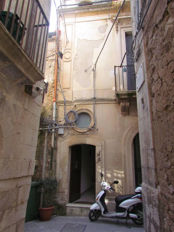 Disponiamo di un appartamento di 36 mq catastali, posto al piano terra, composto da ingresso-cucina, camera da letto su soppalco e bagno. Arredato ed