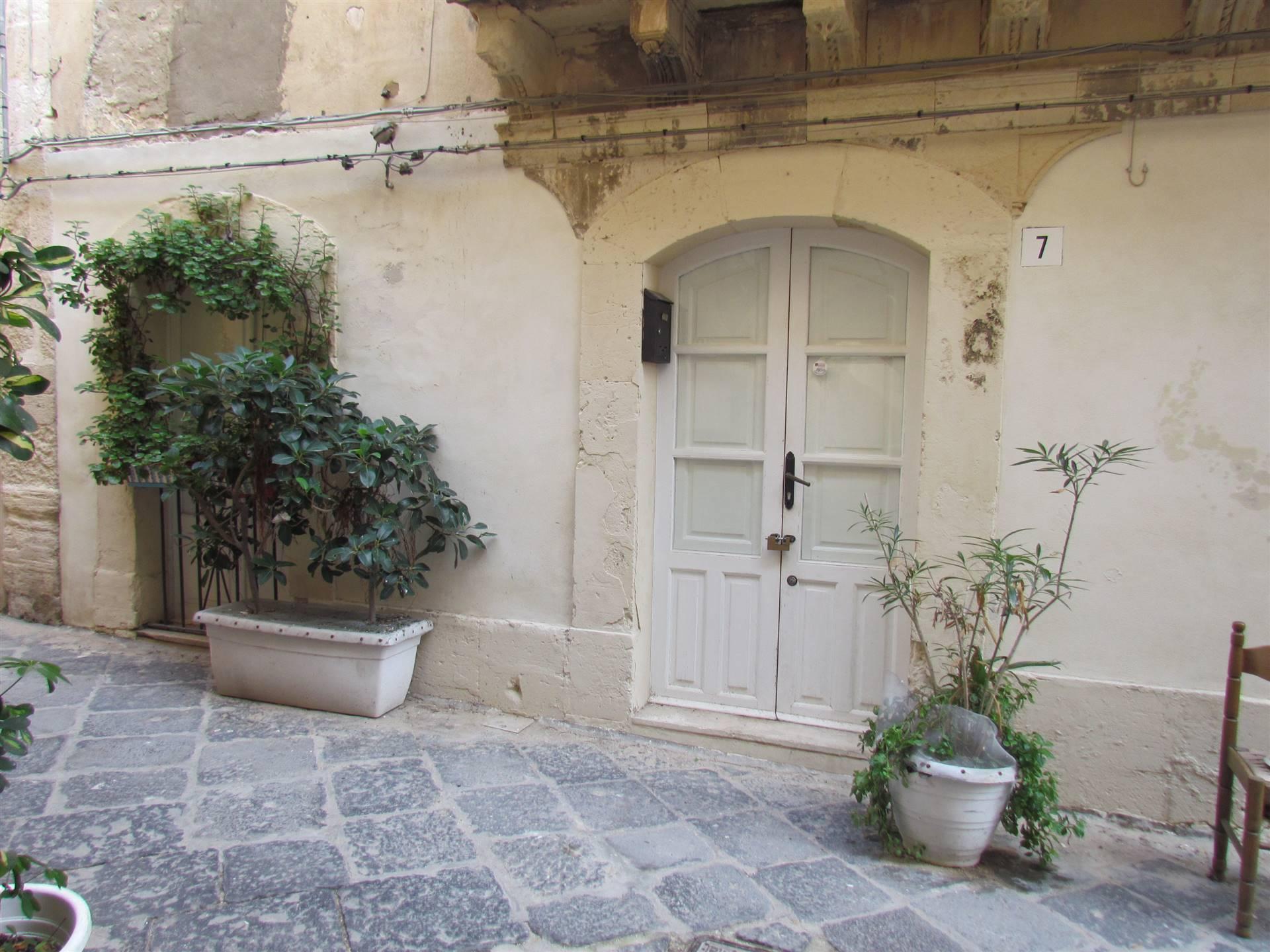 In Ortigia, in uno dei quartieri con più costruzioni ecclesiastiche del IV secolo d.C. , precisamente in Via del Crocefisso, a pochi passi da Via