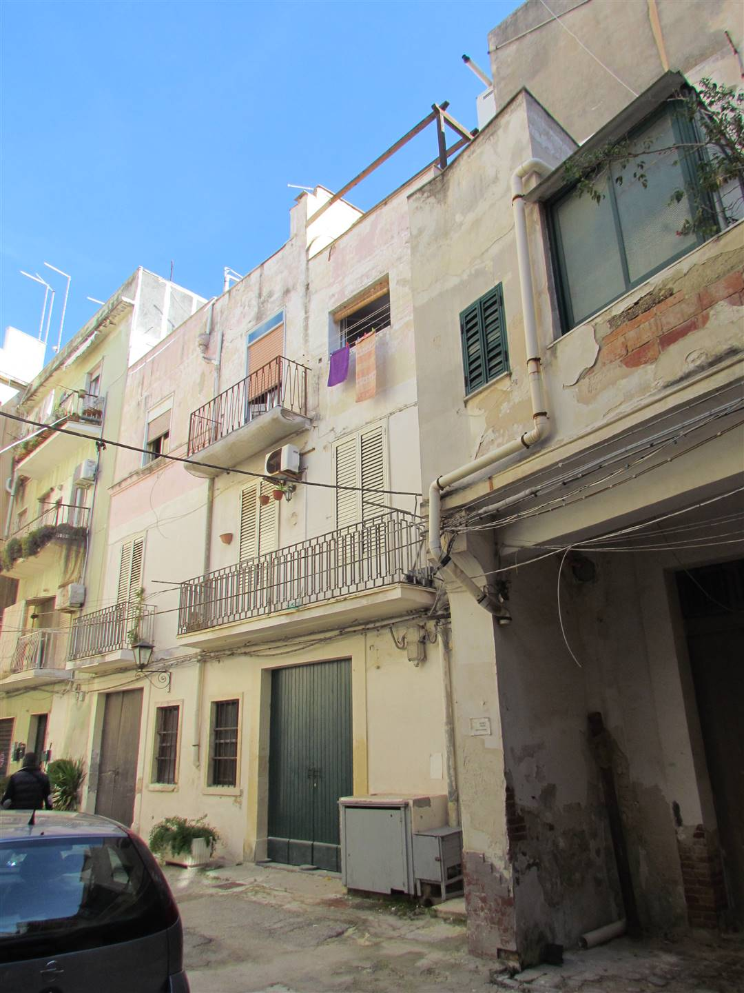 In Ortigia, in an internal courtyard of Via della Maestranza, we have an 82 sqm apartment located on the second and third floor. The second floor is