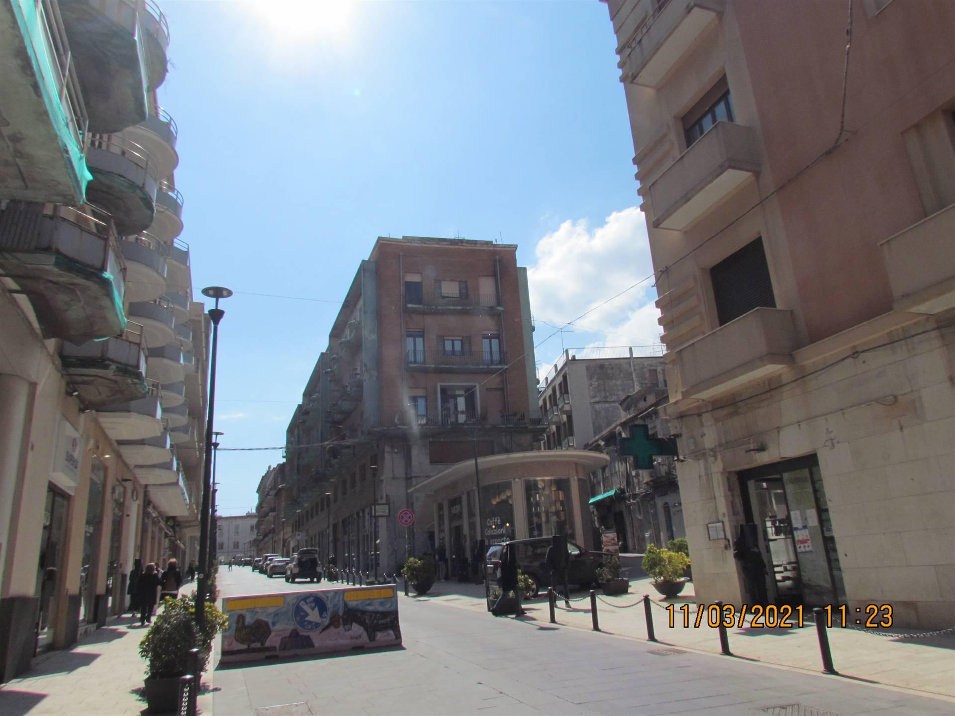 In Corso Giacomo Matteotti, una delle vie principali del centro storico di Ortigia, in un edificio risalente agli anni 30' , disponiamo di un