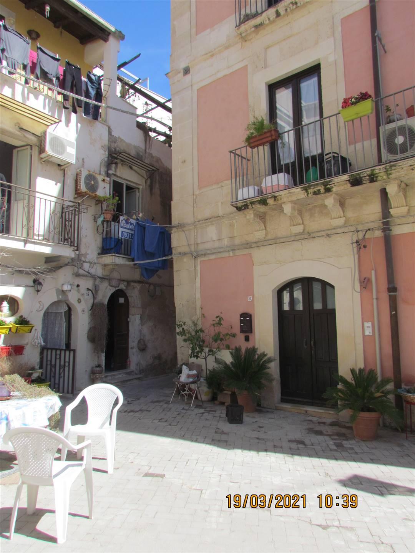 Nel centro storico di Ortigia, in uno dei quartieri con più costruzioni ecclesiastiche del IV secolo d.C. , precisamente in Vicolo delle Pergole, a