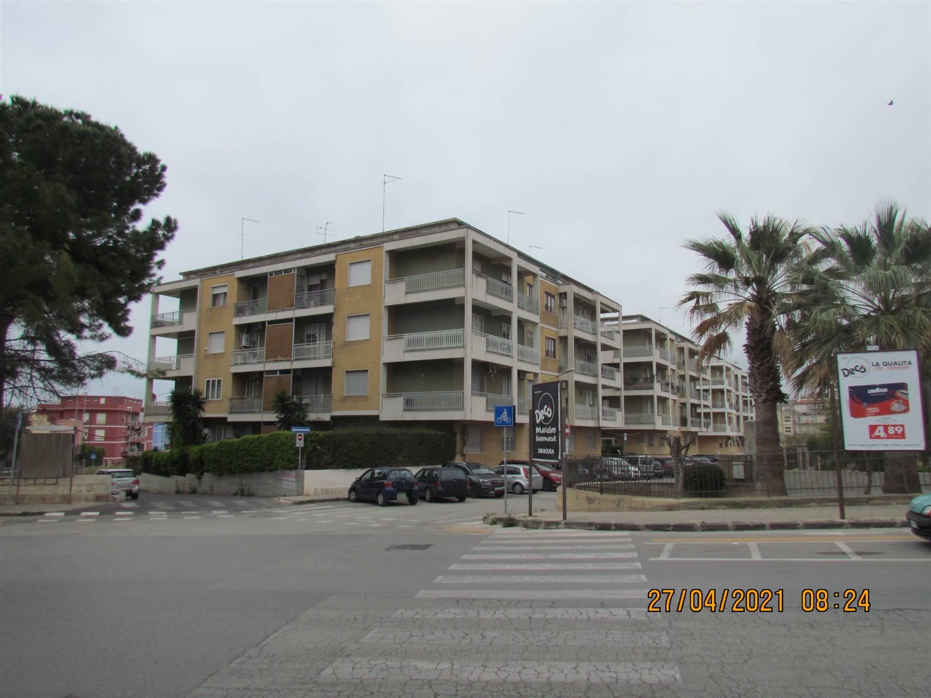 Disponiamo di un appartamento di 219 mq posto al terzo ed ultimo piano con due ingressi. Composto da salone, quattro camere da letto, tre bagni e