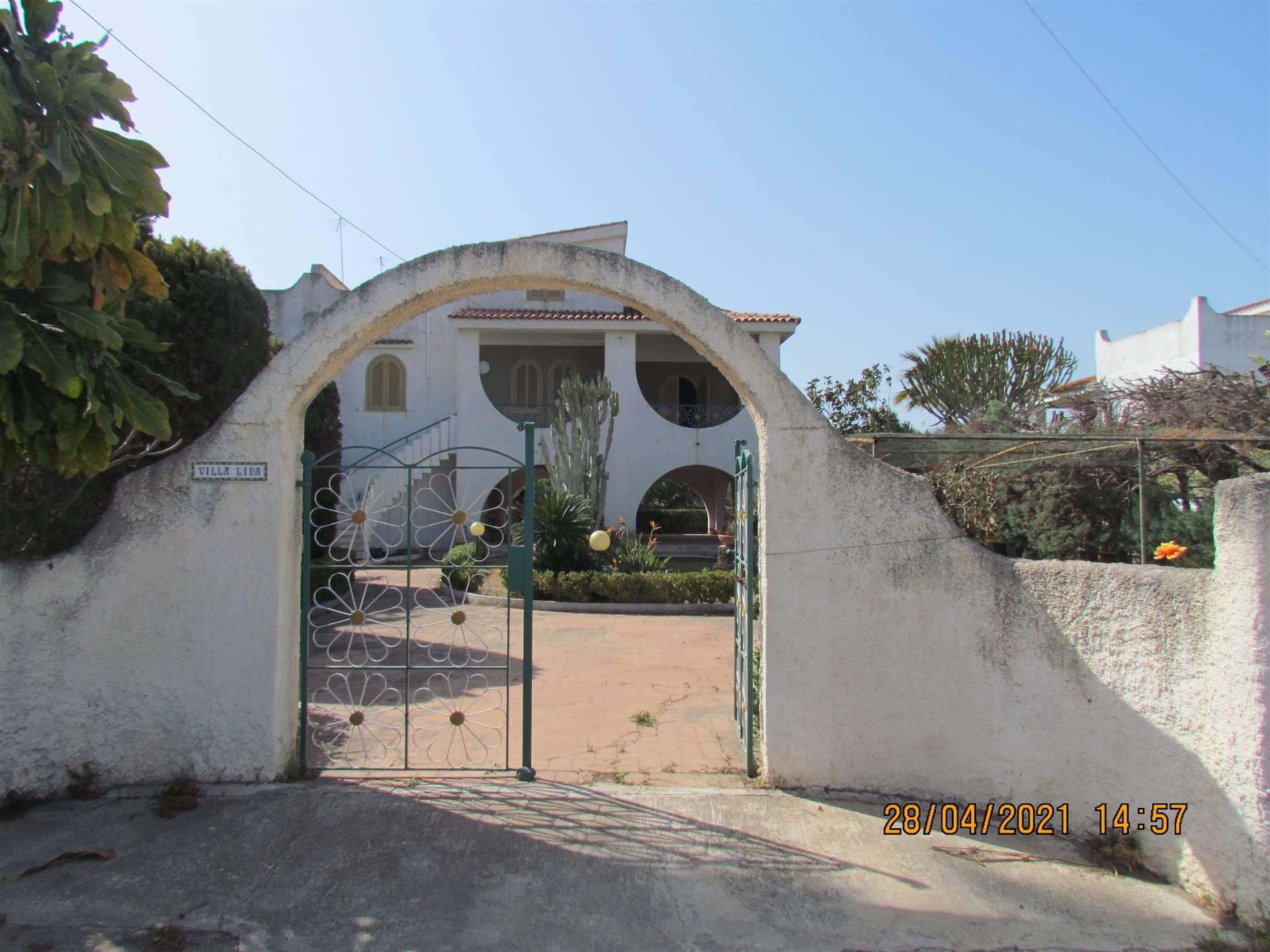 A Fontane Bianche, in Via Mar Giallo a soli 300 metri dal mare disponiamo di una villetta di 164 mq cat. composta al piano terra da un grande portico;