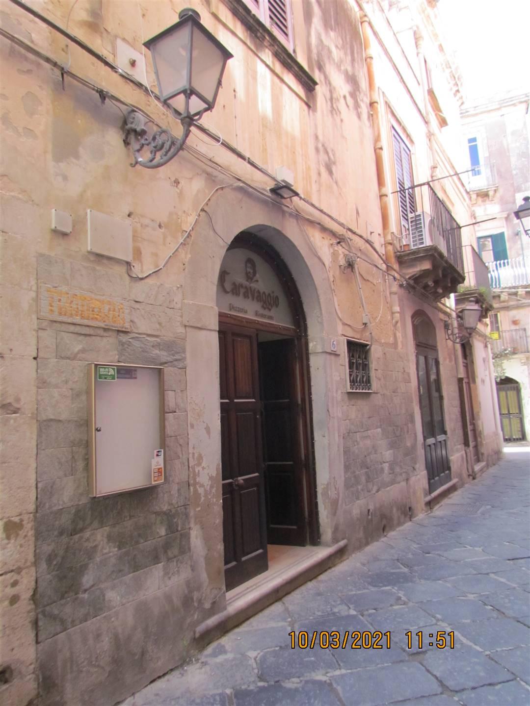 In Ortigia, nella via dedicata allo storico, archeologo e scrittore Vincenzo Mirabella, disponiamo di un locale commerciale cat. c/1 di 212 mq da