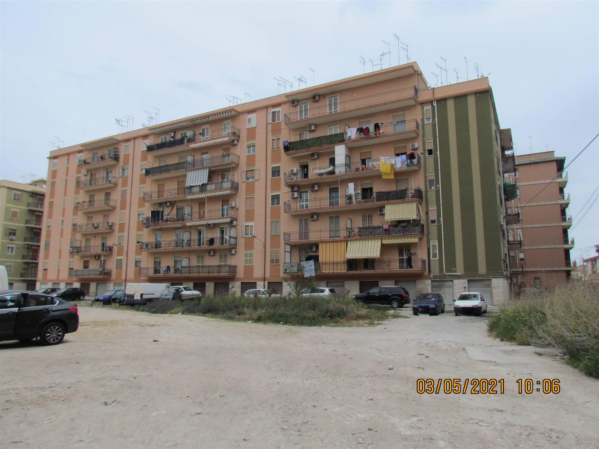 Disponiamo di un appartamento di 110 mq posto al primo piano e composto da ingresso-soggiorno, cameretta, camera da letto con bagno privato, bagno,